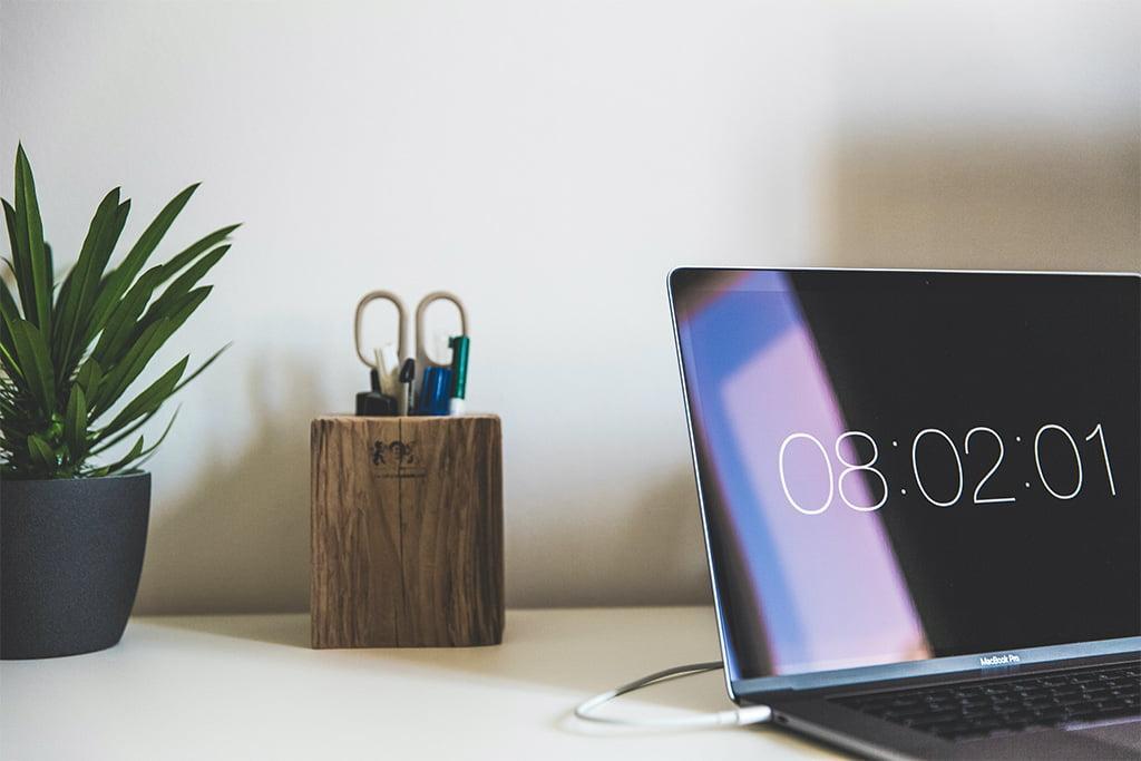 Laptop oraz przyrządy biurowe