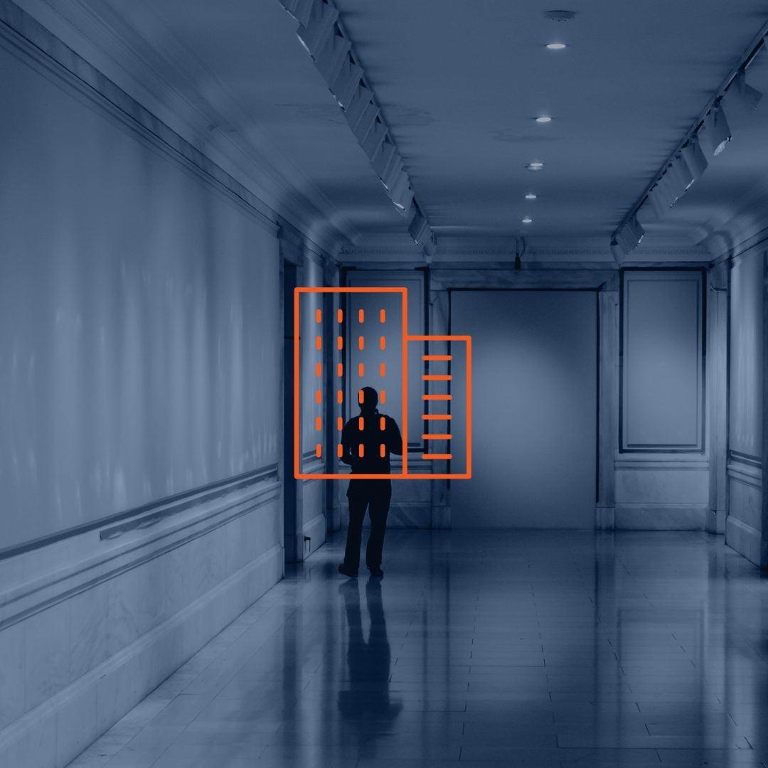 Mężczyzna w korytarzu